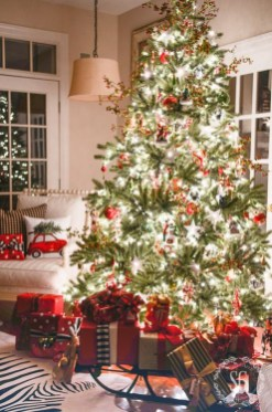 37 Totally Adorable Traditional Christmas Decoration Ideas 06