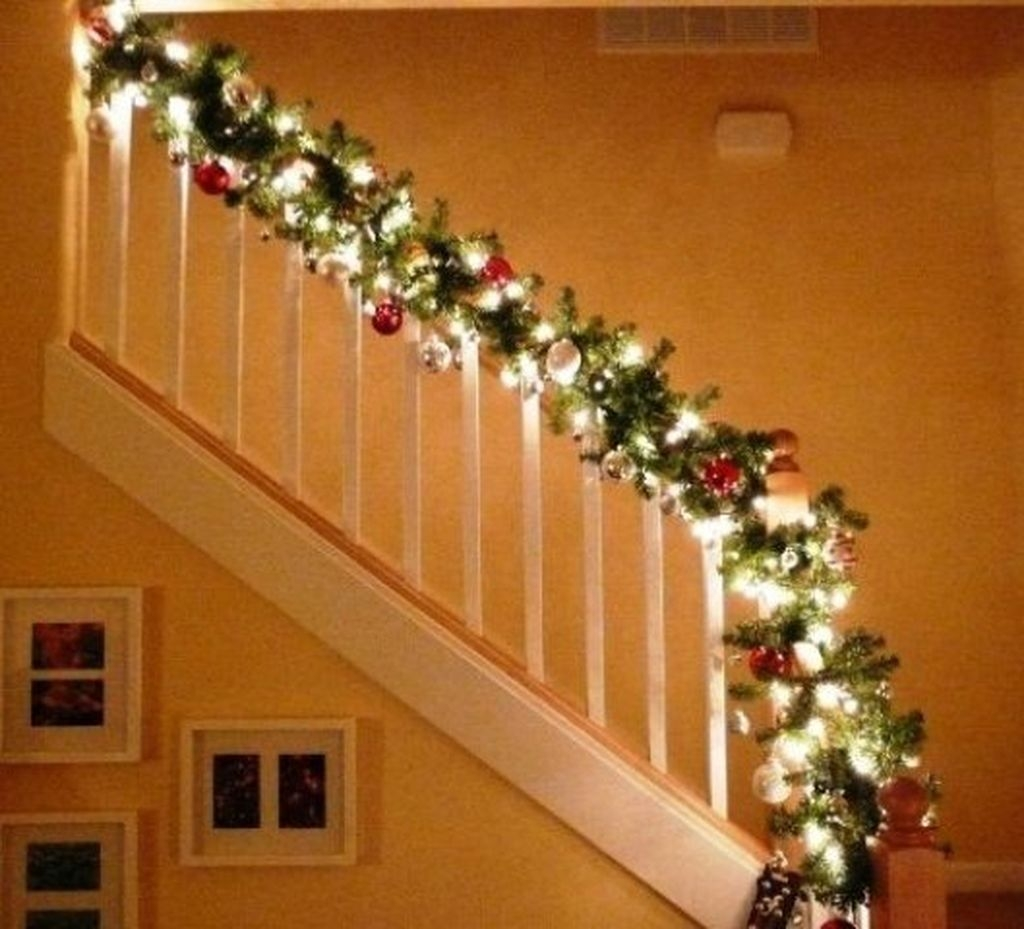 38 Cool And Fun Christmas Stairs Decoration Ideas 22