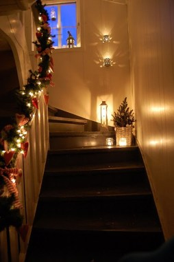 38 Cool And Fun Christmas Stairs Decoration Ideas 26