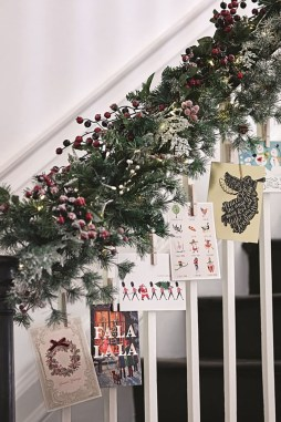 38 Cool And Fun Christmas Stairs Decoration Ideas 27