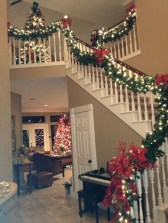 38 Cool And Fun Christmas Stairs Decoration Ideas 32