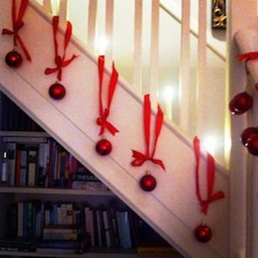 38 Cool And Fun Christmas Stairs Decoration Ideas 35