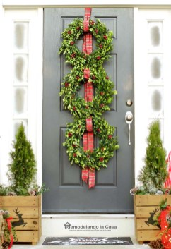38 Stunning Christmas Front Door Decoration Ideas 06