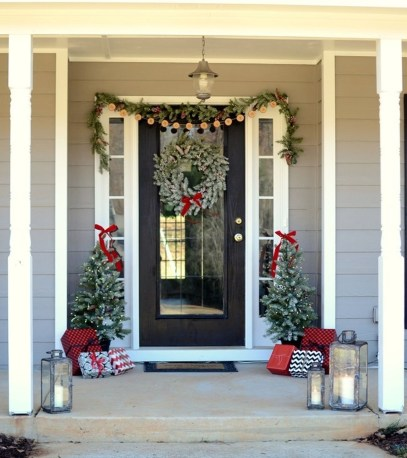 38 Stunning Christmas Front Door Decoration Ideas 33