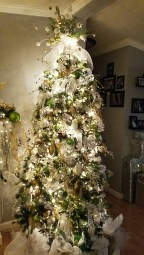 40 Ezciting Silver And White Christmas Tree Decoration Ideas 04