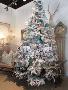 40 Ezciting Silver And White Christmas Tree Decoration Ideas 05
