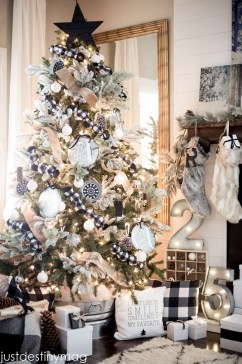 40 Ezciting Silver And White Christmas Tree Decoration Ideas 30