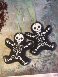 Amazing Gothic Christmas Decoration Ideas To Show Your Holiday Spirit 17