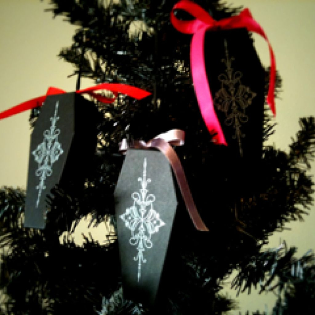 Amazing Gothic Christmas Decoration Ideas To Show Your Holiday Spirit 19