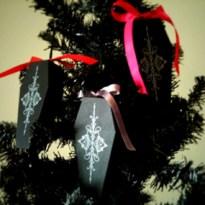 Amazing Gothic Christmas Decoration Ideas To Show Your Holiday Spirit 19