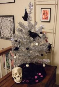 Amazing Gothic Christmas Decoration Ideas To Show Your Holiday Spirit 33