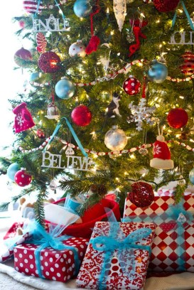 Cute And Colorful Christmas Tree Decoration Ideas To Freshen Up Your Home 06