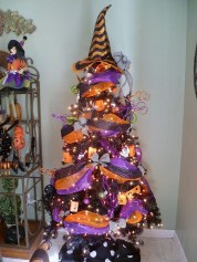 Cute And Colorful Christmas Tree Decoration Ideas To Freshen Up Your Home 37