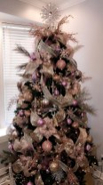 Gorgeous Pink And Gold Christmas Decoration Ideas 26
