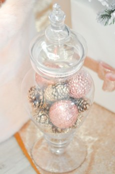 Gorgeous Pink And Gold Christmas Decoration Ideas 34