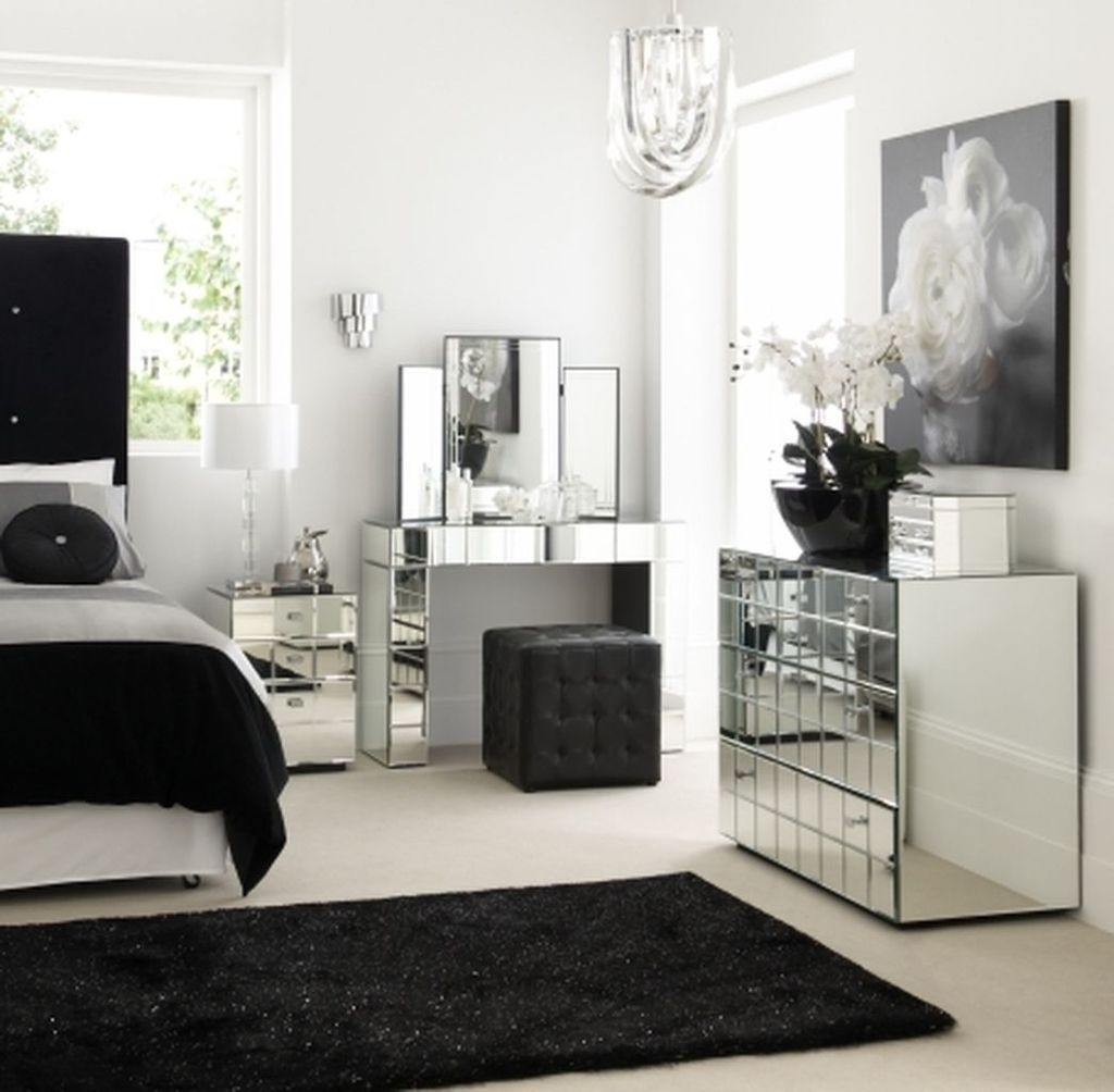 Stunning Black And White Bedroom Decoration Ideas 31
