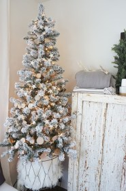 Totally Inspiring Farmhouse Christmas Decoration Ideas To Makes Your Home Stands Out 40