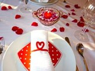 Romantic Valentines Day Dining Room Decoration Ideas 31