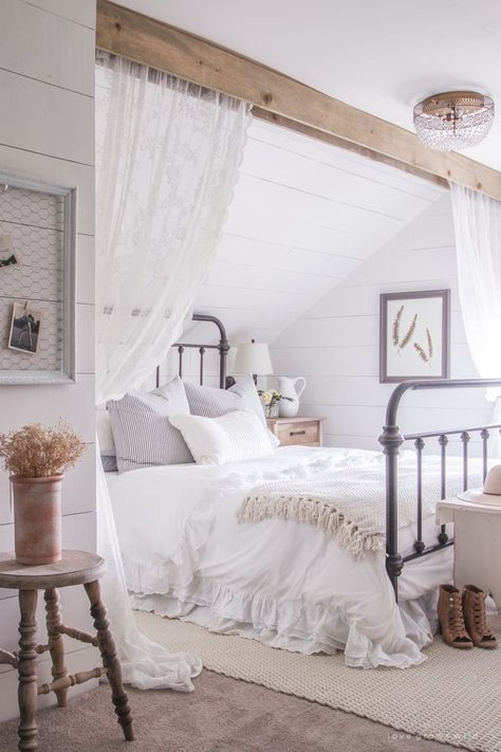 Awesome Rustic Farmhouse Bedroom Decoration Ideas 10