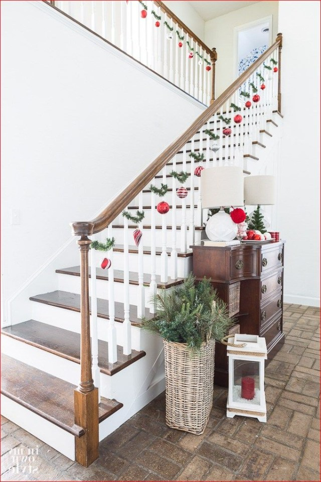 38 Simple Christmas Decorations Stairs Ideas Christmas Staircase Decor Christmas Staircase