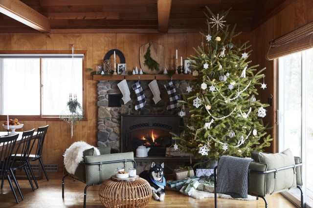 41 Pretty Ways To Decorate Your Mantel For Christmas