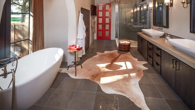 20 Lovely Ways Cowhide and Sheepskin Rugs Adorn a Bathroom
