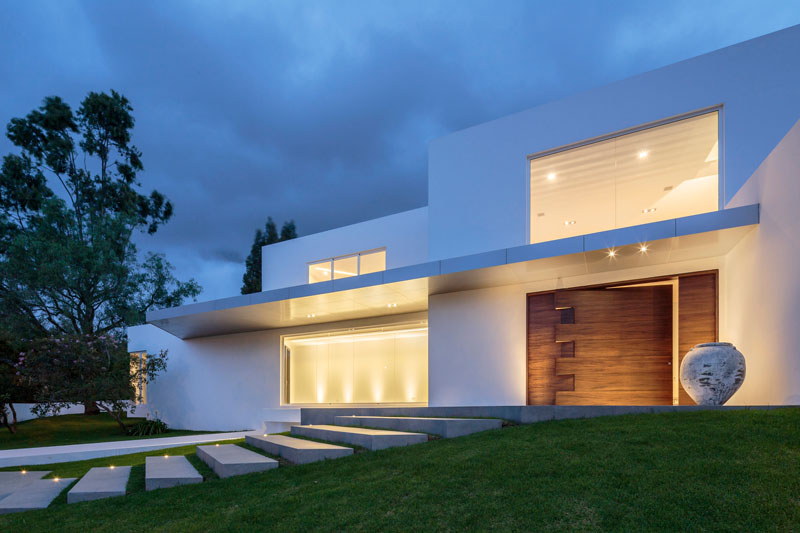Residencia Cumbaya: Luxurious Contemporary Home with an Oversized Pivoting Wooden Door