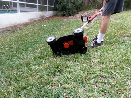 It's just like a mini lawnmower blade that feeds out automatically