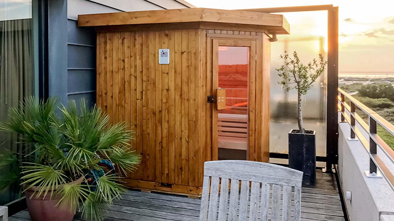 Foto van een maatwerk sauna op een balkon / terras van een appartement.