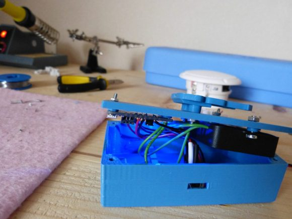 In the front the enclosure with the Powerboost and amplifier screwed to the lid. On top of the enclosure is the lock.