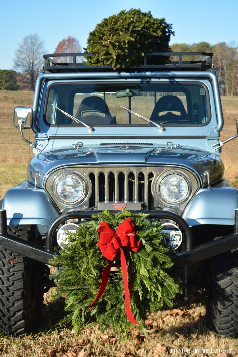Christmas Tree on Jeep | ©homeiswheretheboatis.net #christmas