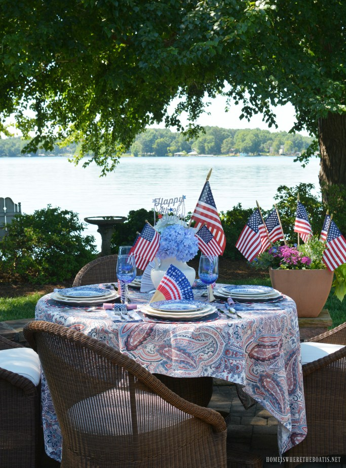 4th of July table by lake with Red, White and Liberty Blue | ©homeiswheretheboatis.net #tablesetting #4thofjuly #patriotic #lake #alfresco