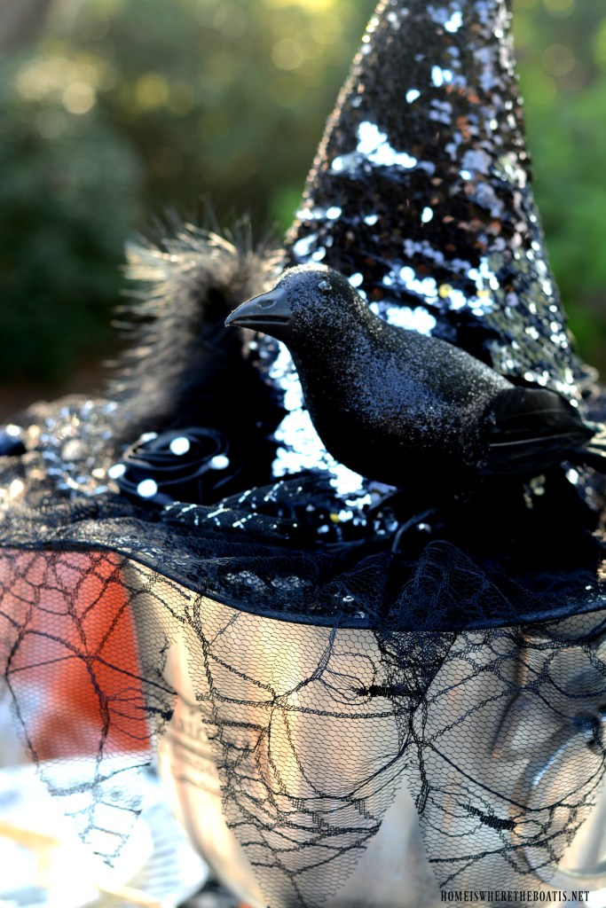 'If The Hat Fits' Halloween Tablescape   ©homeiswheretheboatis.net #halloween #tablescapes #alfresco #lake