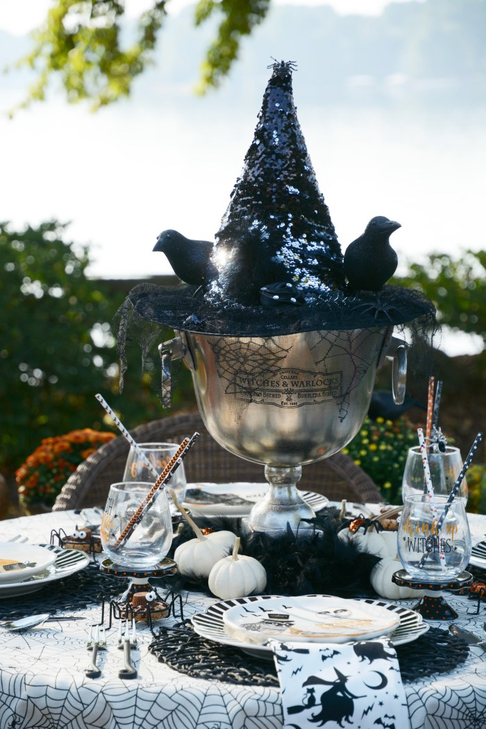 'If The Hat Fits' HalloweenTablescape | ©homeiswheretheboatis.net #Halloween #tablescape #alfresco #lake
