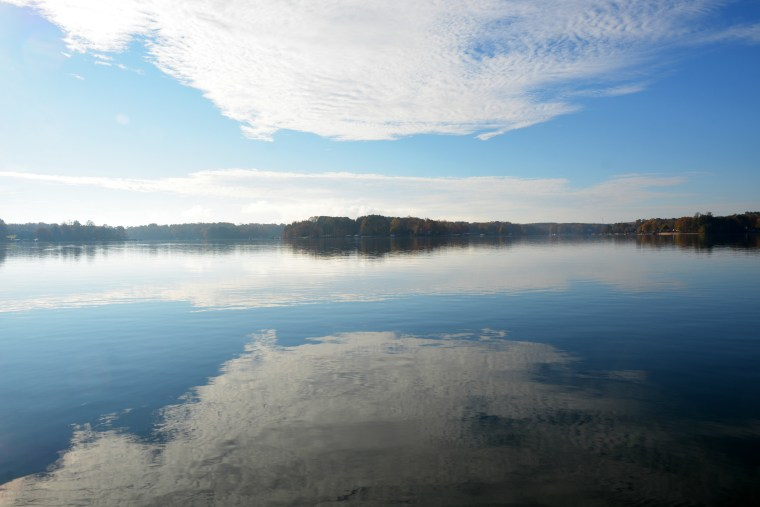 Lake Norman reflections | ©homeiswheretheboatis.net #fall #autumn #lake