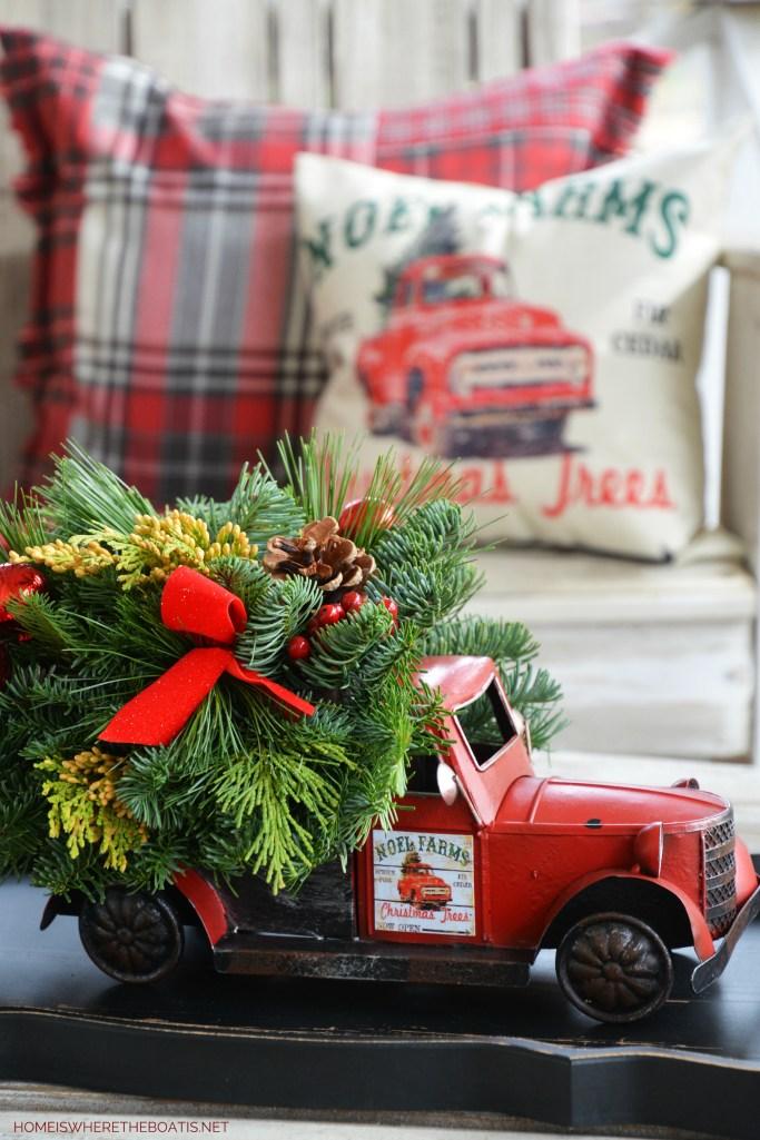Vintage Christmas Truck Centerpiece | ©homeiswheretheboatis.net