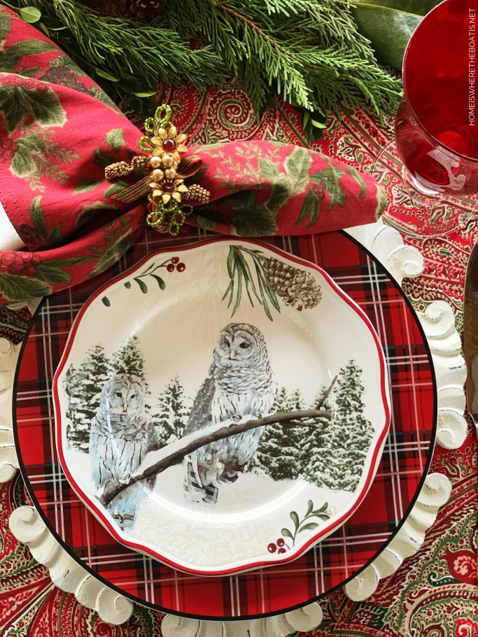 Christmas table with snowy white owls plate | ©homeiswheretheboatis.net #Christmas #tablescapes