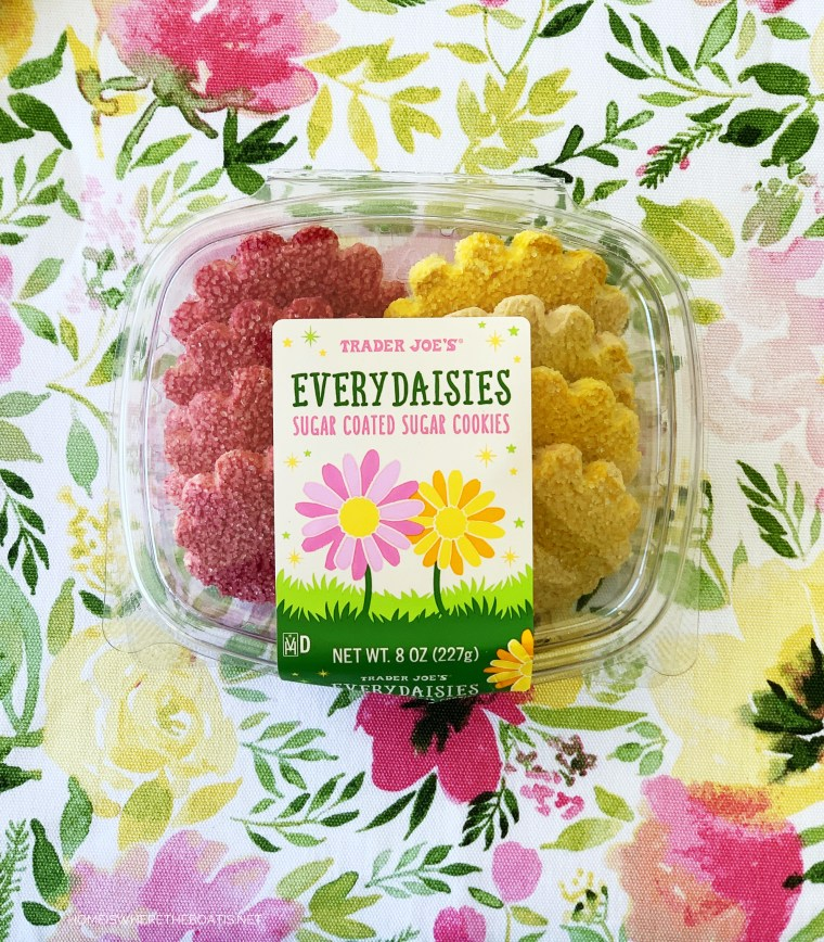 EveryDaisies cookies Trader Joe's | ©homeiswheretheboatis.net #spring #tablescapes
