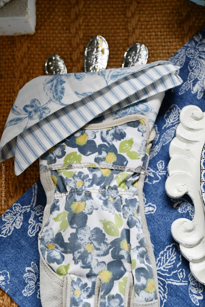 Garden gloves hold a napkin and provide a pocket for flatware | ©homeiswheretheboatis.net #spring #flowers