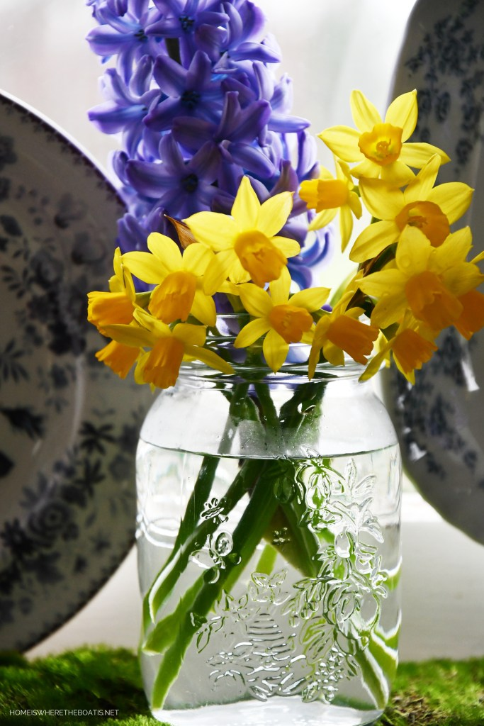 Daffodils and hyacinths in jar | ©homeiswheretheboatis.net #spring #flowers #masonjar
