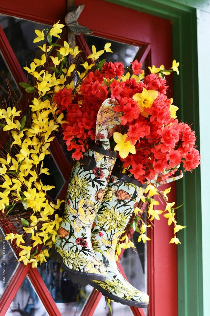 DIY Spring Wreath with blooming wellies | ©homeiswheretheboatis.net #spring #wreath #diy #flowers