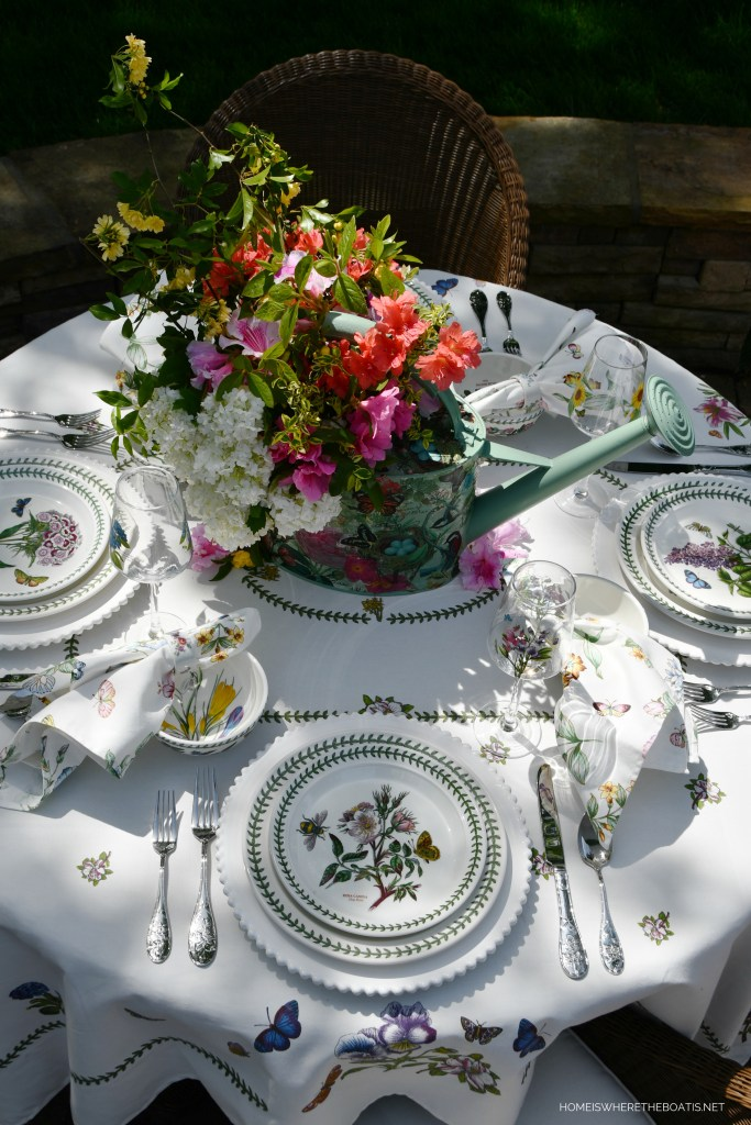 Alfresco spring table | ©homeiswheretheboatis.net #tablescapes #alfresco #spring