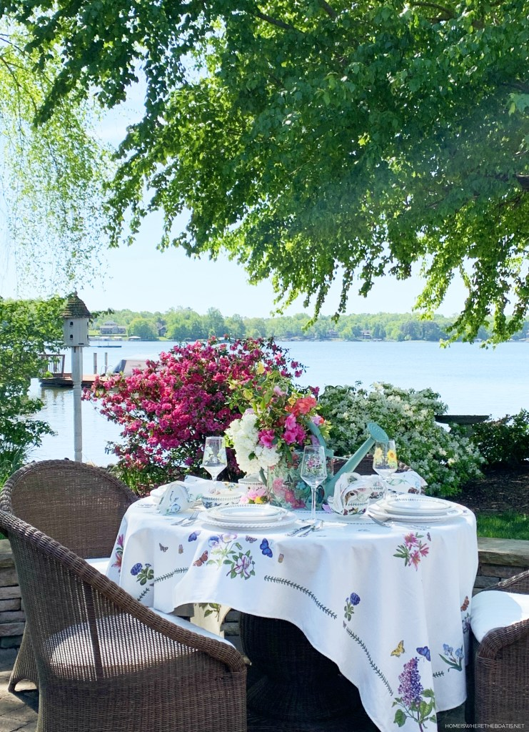 Lakeside spring table | ©homeiswheretheboatis.net #tablescapes #alfresco #spring #lake