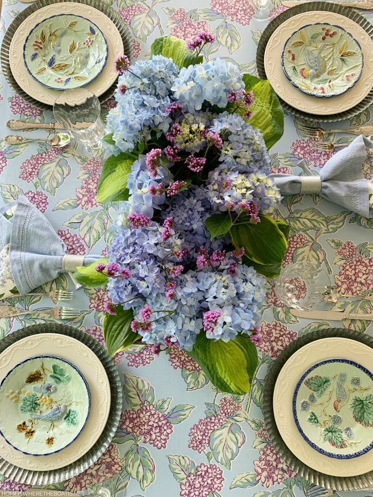 Garden flower arrangement and table with hydrangeas and bird plates | ©homeiswheretheboatis.net #flowers #tablescapes #hydrangeas