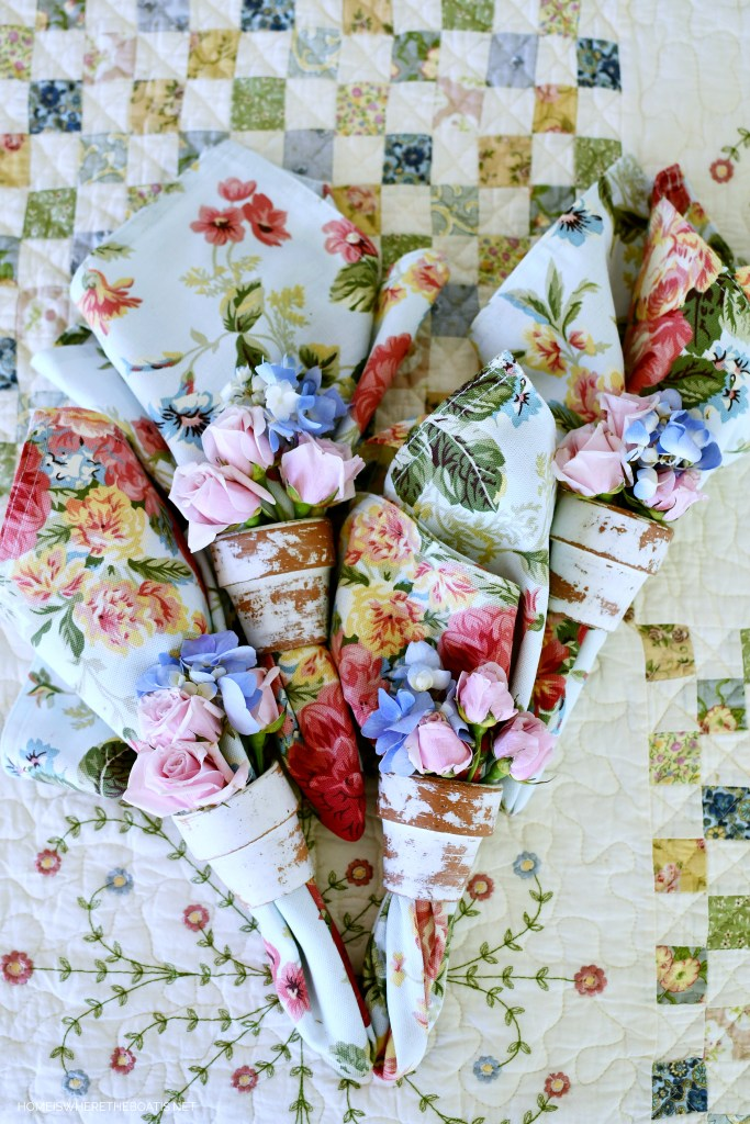 Pot napkin rings blooming with flowers | ©homeiswheretheboatis.net #spring #alfresco #tablescapes