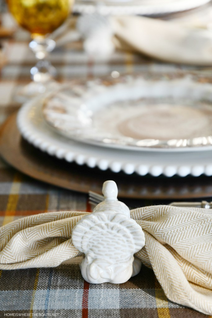 Thanksgiving table with turkey napkin rings | ©homeiswheretheboatis.net #thanksgiving #tablescapes #DIY