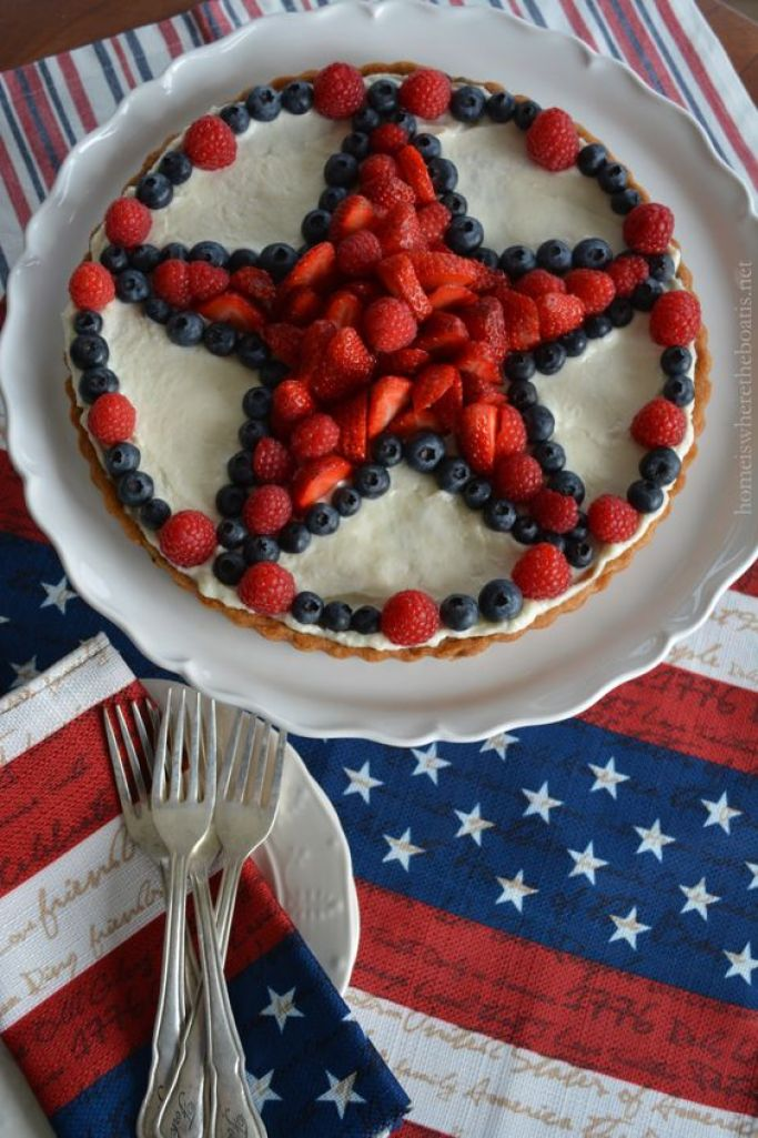 Star-Spangled Fruit Tart with a chocolate chip cookie dough crust! #patriotic #dessert