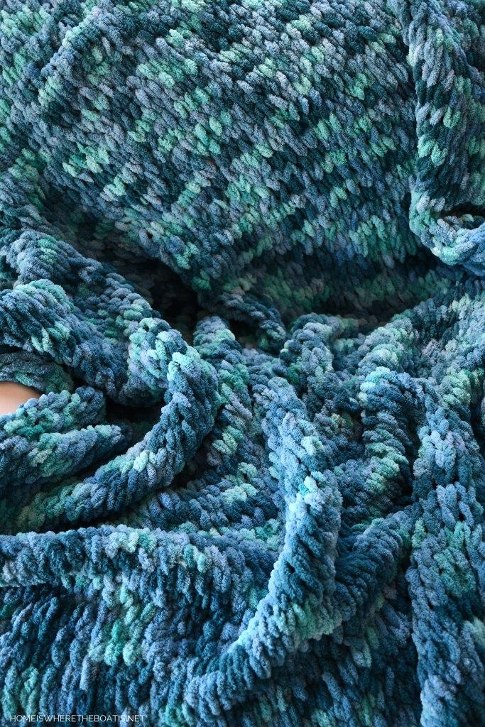 How to Make an EZ Loop Yarn Throw Blanket | ©homeiswheretheboatis.net #DIY #craft #yarn #noknit #blanket