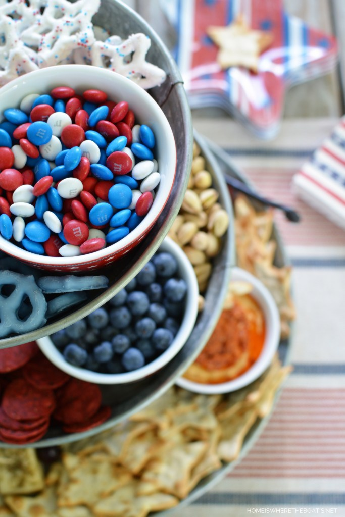Patriotic Vertical Snack Tray for Easy Entertaining | ©homeiswheretheboatis.net #4thofjuly #appetizers #easy #patriotic #memorialday