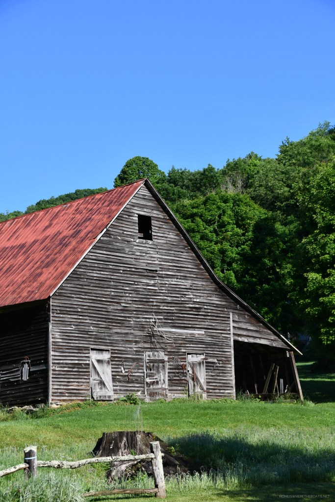 Old barn in mountains | ©homeiswheretheboatis.net #mountains
